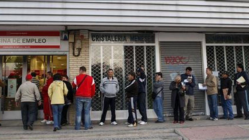 Decenas de personas esperan su turno ante una oficina del INEM en el madrileño barrio de Santa Eugenia. EFE/Archivo