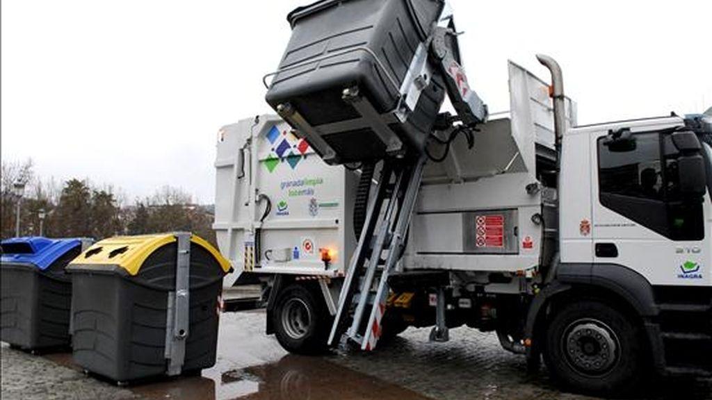 España ha cumplido los objetivos de la Unión Europea al reciclar el pasado año el 60,3% por ciento de los envases de vidrio, lo que supone que cada español depositó en los contenedores una media de 47 envases. EFE/Archivo