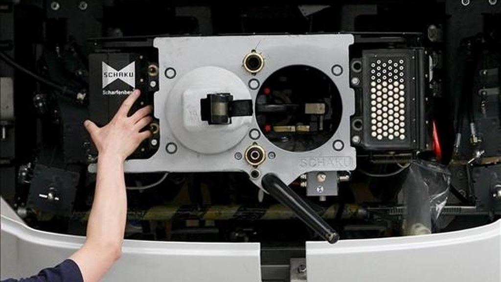 En la imagen, un operario trabaja en el montaje de un tren. EFE/Archivo