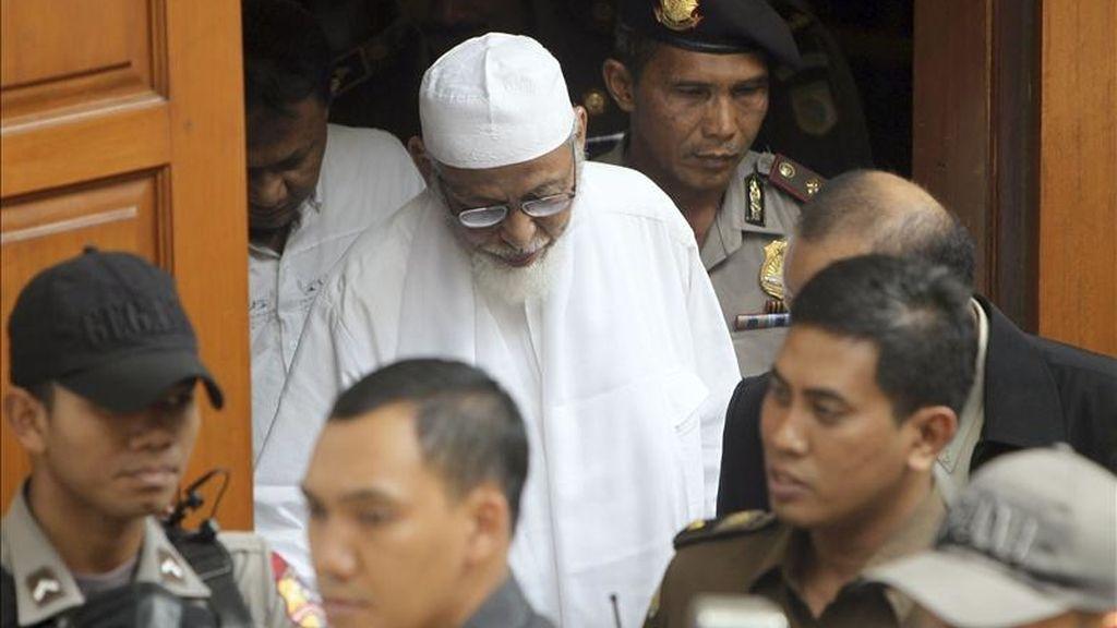 El clérigo islámico Abu Bakar Bashir (c) sale de la corte tras su juicio en Yakarta, Indonesia, hoy, lunes 9 de mayo de 2011. La Fiscalía de Indonesia retiró hoy por falta de pruebas los dos cargos más graves contra el guía espiritual de Yemaa Islamiya, el eslabón de Al Qaeda en el Sudeste Asiático, y pidió la cadena perpetua por un delito de financiación de grupo terrorista. EFE