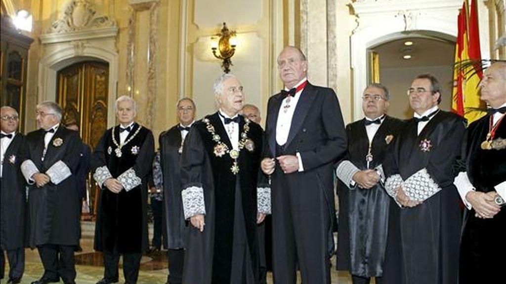 El rey Juan Carlos atiende al presidente del Consejo General del Poder Judicial, Carlos Dívar, a su llegada al solemne acto de apertura de los tribunales que da inicio al nuevo Año Judicial. EFE