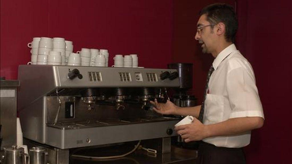 En la imagen, un camarero se dispone a preparar un café en una cafetera industrial. EFE/Archivo