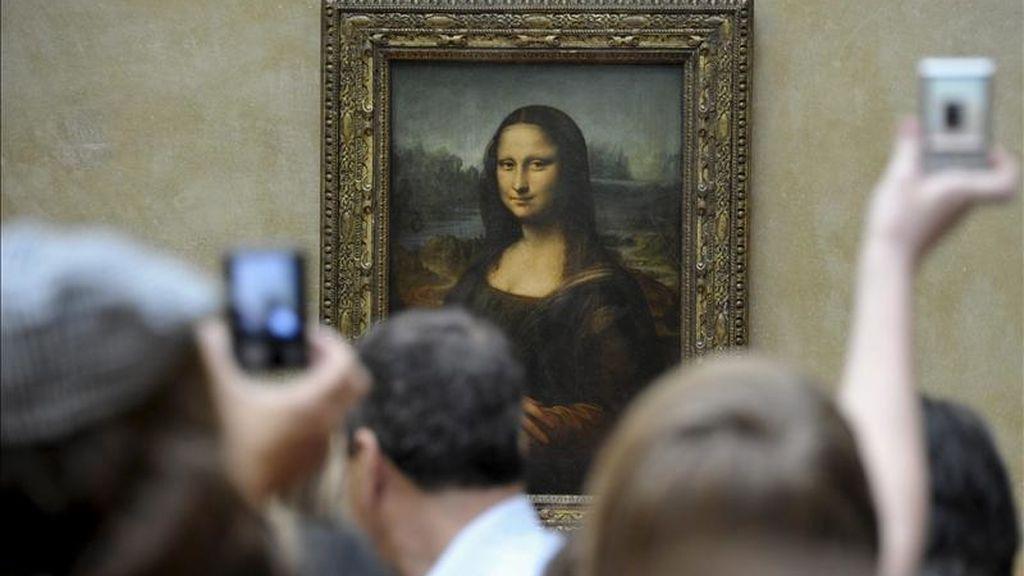 Un grupo de turistas fotografían La Gioconda o Mona Lisa en el Museo del Louvre en París (Francia). EFE/Archivo