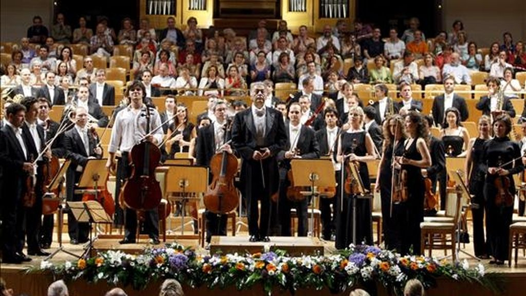 El director indio Zubin Mehta y los componentes de la Orquesta de la Comunitat Valenciana saludan al comienzo de un concierto. EFE/Archivo
