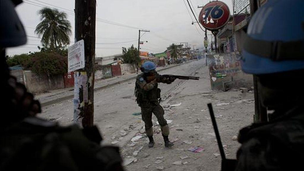 Cascos azules de la MINUSTAH aseguran el perímetro en la sede del Centro Electoral Provisional (CEP) en la calle Delmas, en Puerto Príncipe (Haití), durante las violentas protestas registradas ayer en rechazo a los resultados electorales del CEP. EFE