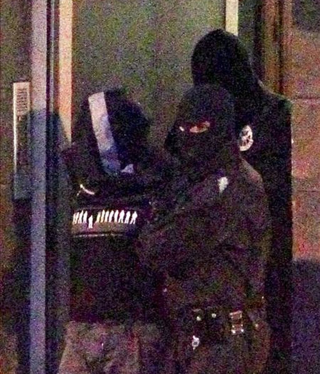 Agentes de la la Ertzaintza trasladan al presunto etarra Gurutz Aguirresarobe Pagola, detenido ayer en Hernani (Guipúzcoa), que podría ser el autor material del asesinato del ex-jefe de la policía municipal de Andoain, Joseba Pagazaurtundua. EFE