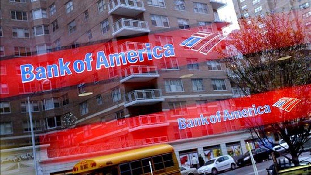 Fotografía de archivo fechada el 20 de abril de 2009 de unos rótulos del Bank of America detrás de un escaparate que refleja el tráfico de una calle en Nueva York, Estados Unidos. EFE/Archivo