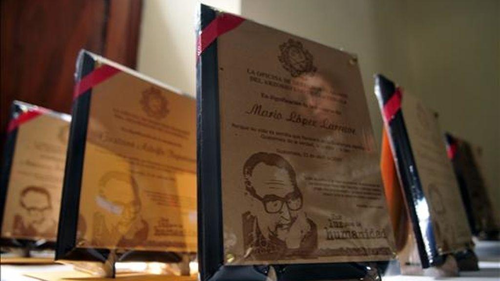 Una mujer se refleja en una placa de homenaje al obispo guatemalteco Monseñor Juan Gerardi, durante una celebración hoy por la conmemoración del undécimo aniversario de su muerte. EFE