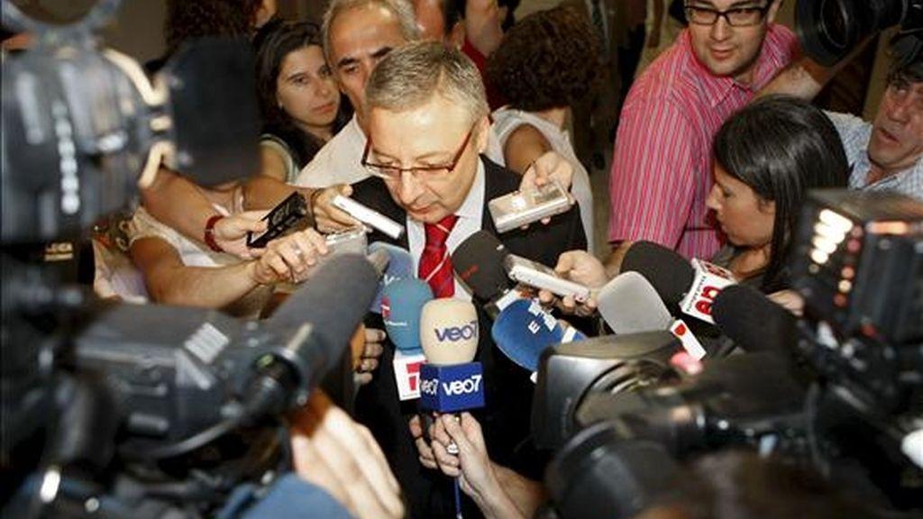 El ministro de Fomento, José Blanco, hace declaraciones a los medios de comunicación, momentos antes de su comparecencia hoy en la Comisión de Fomento del Congreso. EFE