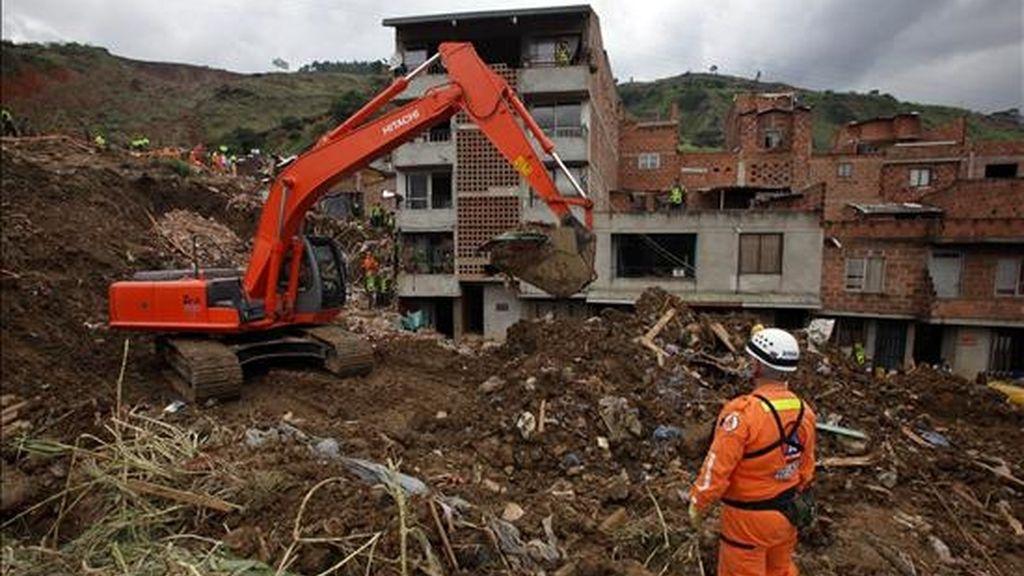 Un socorrista de la defensa civil colombiana se mueve en medio de los escombros en la zona del deslizamiento ocurrido en el municipio de Bello, Colombia, un gran alud de tierra que sepultó un barrio de esa localidad y que deja hasta ahora 30 muertos. EFE