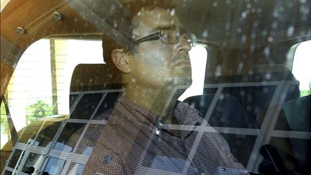 Juan Francisco Hurtado, profesor de Derecho Administrativo y ex asesor jurídico de la localidad de Villanueva de la Concepción, tras ser detenido en su despacho de la Universidad de Málaga en la operación desarrollada hoy por la Guardia Civil. EFE