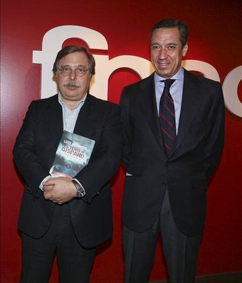 """El eurodiputado del Partido Popular Luis Herrero,iz, acompañado por el ex portavoz parlamentario del PP Eduardo Zaplana,d, durante la presentación de su primera novela, """"El tercer disparo"""". EFE"""
