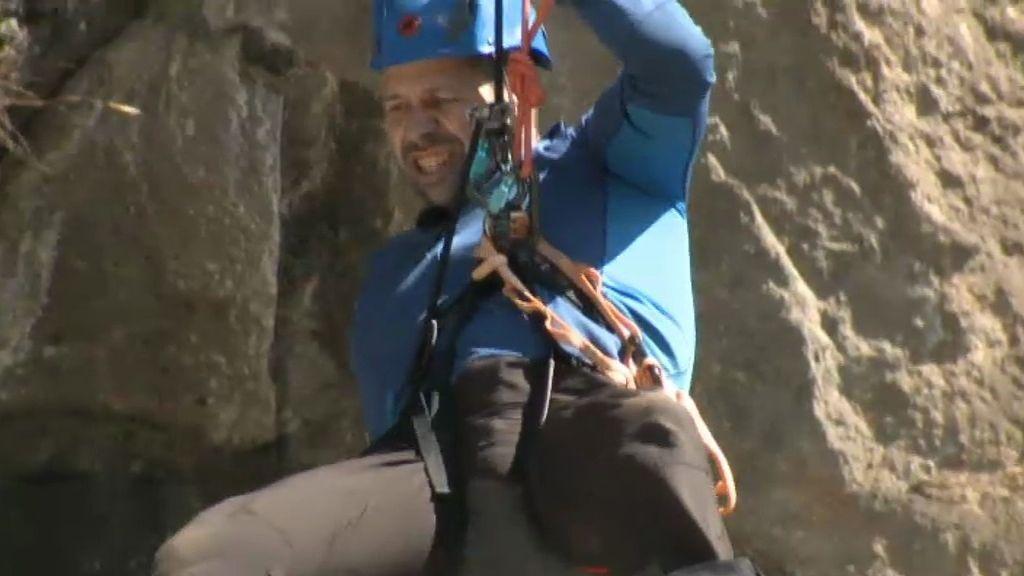Los concursantes descienden 60 metros en un rappel vertiginoso