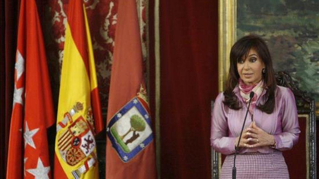 La presidenta de Argentina, Cristina Fernández, durante su intervención en el Salón de Plenos de la Casa de la Villa, en Madrid, antes de recibir de manos del alcalde madrileño, Alberto Ruiz-Gallardón, la Llave de Oro de la capital. EFE