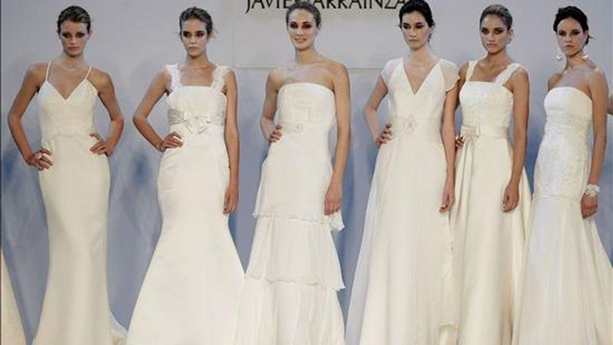 Varias modelos lucen vestidos de novia. EFE/Archivo