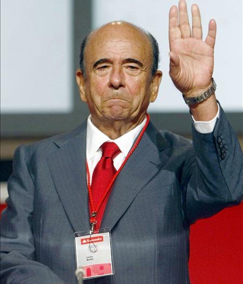 El presidente del Banco Santander, Emilio Botín, saluda a los accionistas momentos antes del comienzo de la Junta General de esta entidad, que se ha celebrado hoy en el Palacio de Exposiciones de la capital cántabra. EFE