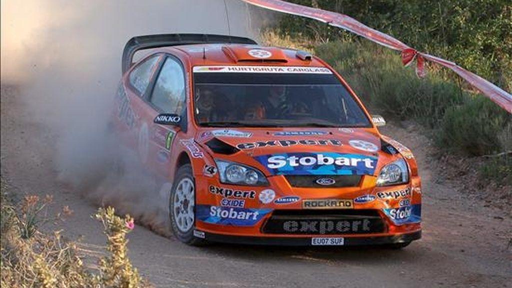 El piloto noruego Henning Solberg y su compañero Cato Menkerud conducen su Ford Focus RS WRC 08 durante la primera etapa del Rally de Portugal válida para el Campeonato del Mundo de Rallies que se disputa en la localidad lusa de Faro, en el Algarve portugués. EFE