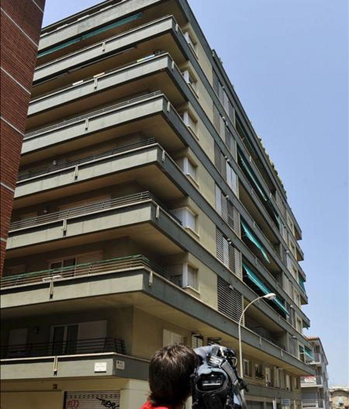 Vista del edificio de la calle Riu Sert de Girona, desde donde esta mañana ha sido lanzada una mujer por un hombre que habría accedido al domicilio y que posteriormente ha sido detenido por la fuerza pública. EFE