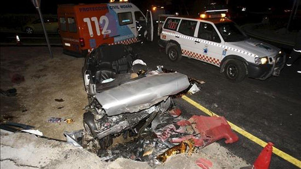 Estado en el que quedó un vehículo que se salió de la vía en la N-554, en el punto kilométrico 6,8, en San Adrián de Cobres-Pontevedra, y colisionó contra un muro, lo que provocó la muerte de una joven y heridas graves a otros tres ocupantes del turismo. EFE/Archivo