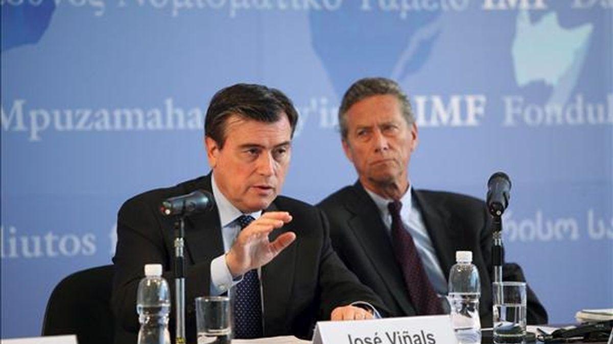 El economista jefe del Fondo Monetario Internacional, Olivier Blanchard (dcha), y el consejero financiero del FMI, José Viñals, dan una rueda de prensa en Hong Kong (China). El FMI mejoró hoy sus previsiones de crecimiento mundial para este año gracias al tirón de Asia, que se ha convertido tras el estallido de la crisis financiera en el motor de la recuperación económica del planeta. EFE/FMI