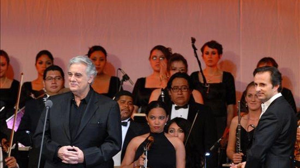 El tenor español Placido Domingo (i) se presenta durante la inauguración del Centro de Convenciones de la ciudad mexicana de Zacatecas. EFE