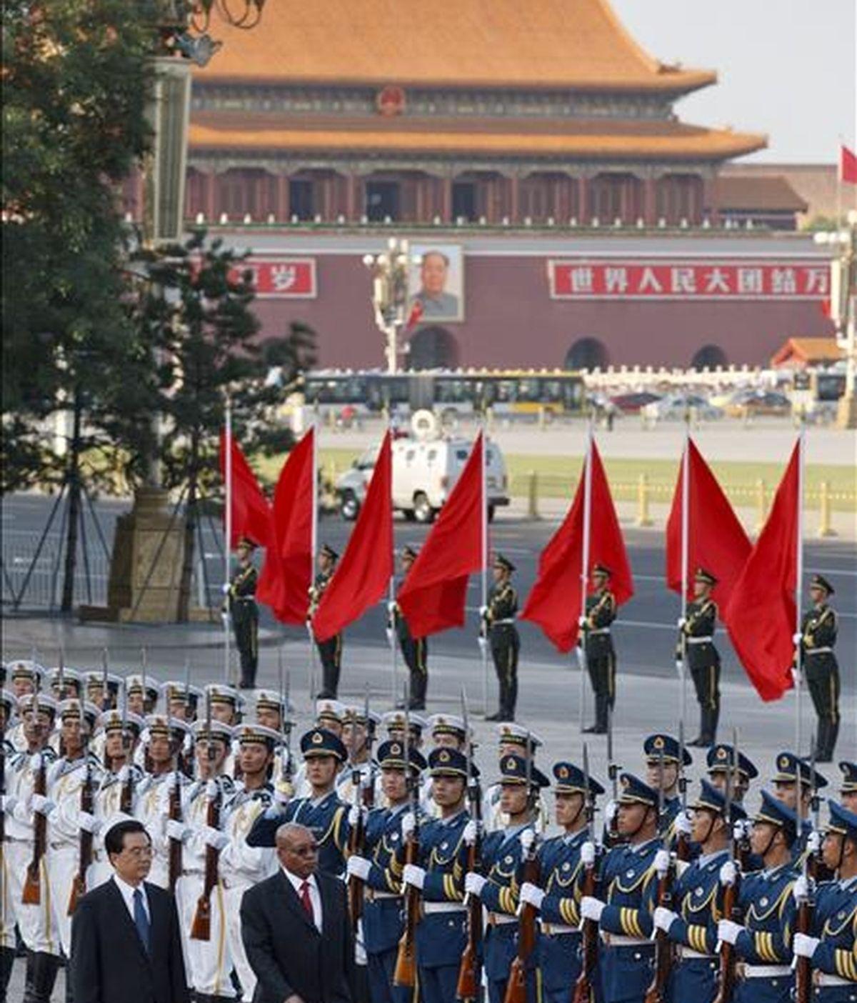 Fotografía de archivo fechada el 24 de agosto de 2010 del presidente sudafricano, Jacob Zuma (d) acompañado de su homólogo chino, Hu Jintao, durante la ceremonia de bienvenida en Pekín, China. EFE/Archivo