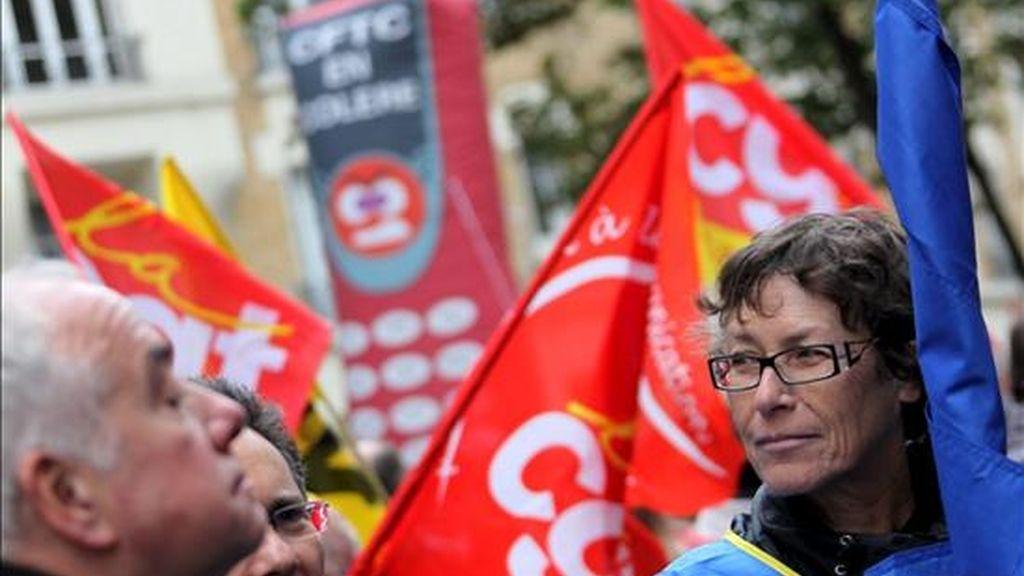 Miembros del sindicato de trabajadores de France Telecom- Orange, se manifiestan para pedir mejores condiciones laborales, tras la cantidad creciente de suicidios entre sus empleados en París (Francia). EFE/Archivo