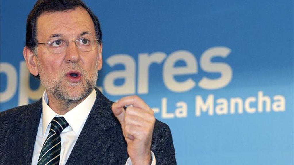 """El presidente del PP, Mariano Rajoy, ha expresado hoy su absoluta convicción de que el presidente de la Generalitat valenciana, Francisco Camps, """"no es un corrupto"""" y ha garantizado que no va a """"liquidar"""" su carrera política por la acusación de no haber pagado tres trajes. EFE/Archivo"""