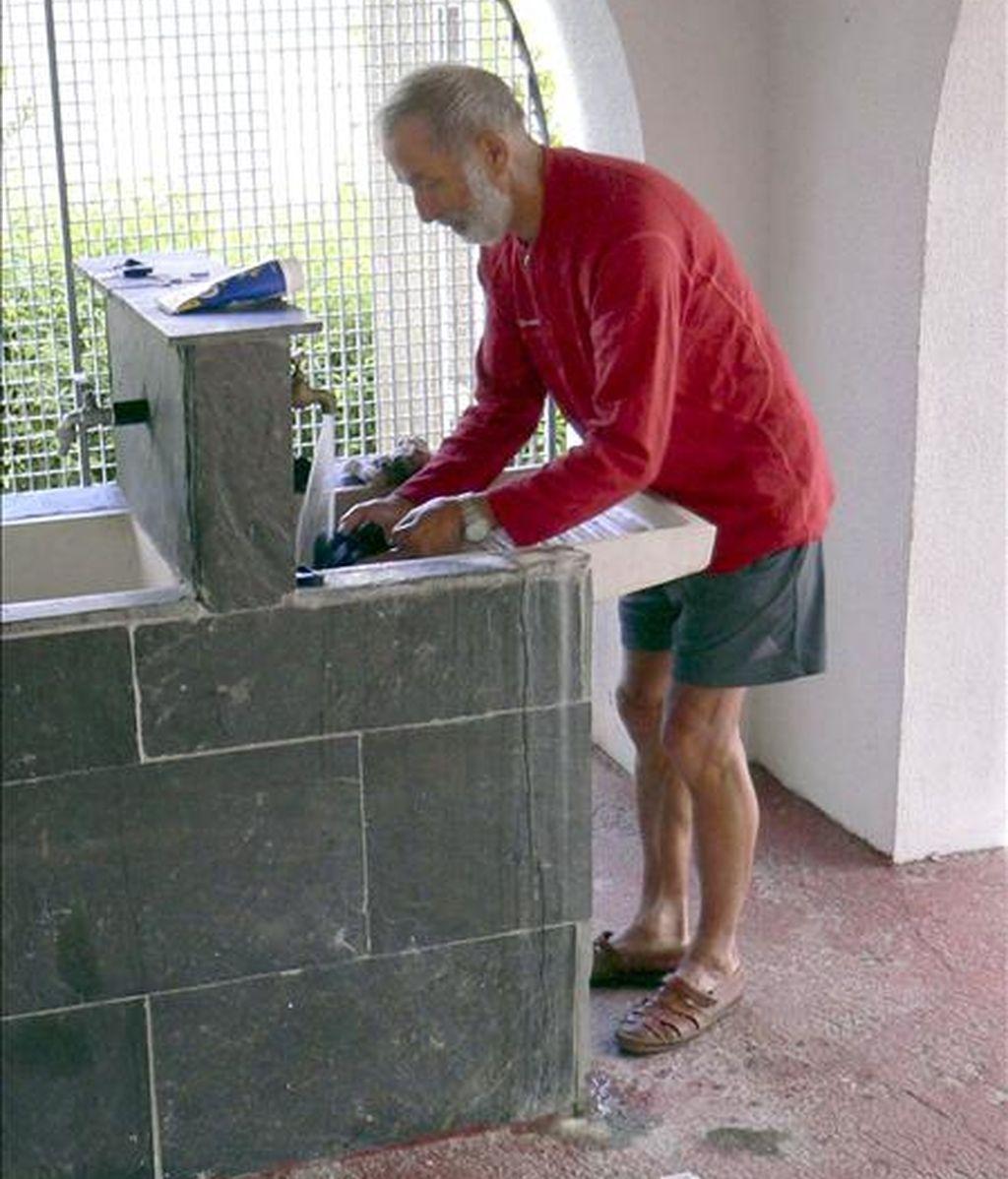 El peregrino francés Paul Viand, en el lavadero del albergue gallego de A Gudiña, un día antes de que sus compañeros de viaje le perdiesen la pista en el siguiente albergue en el municipio de Laza. EFE