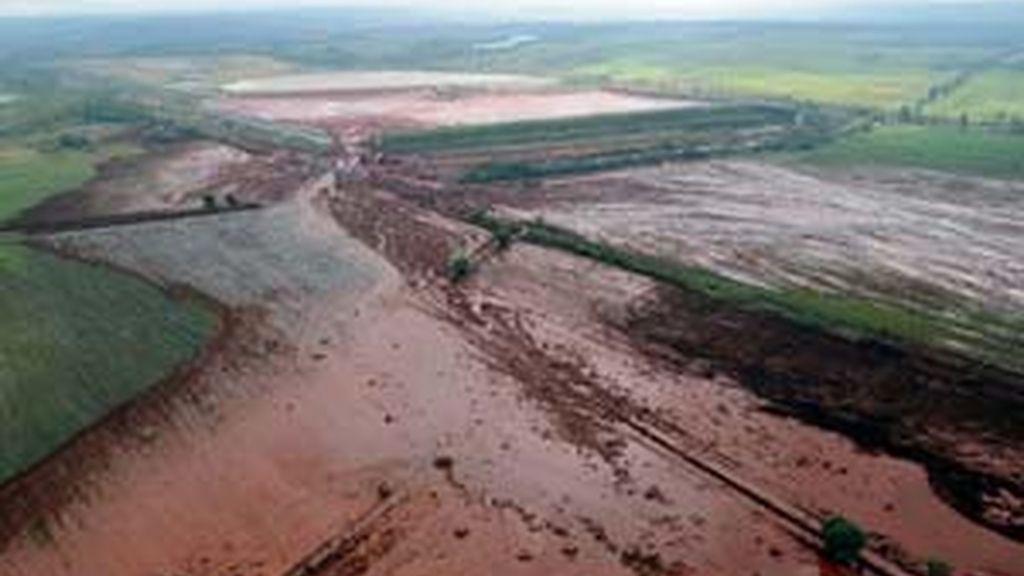 El vertido tóxico procede del lodo rojo derramado el lunes de un depósito de una fábrica de aluminio de Ajka. Vídeo: Informativos Telecinco