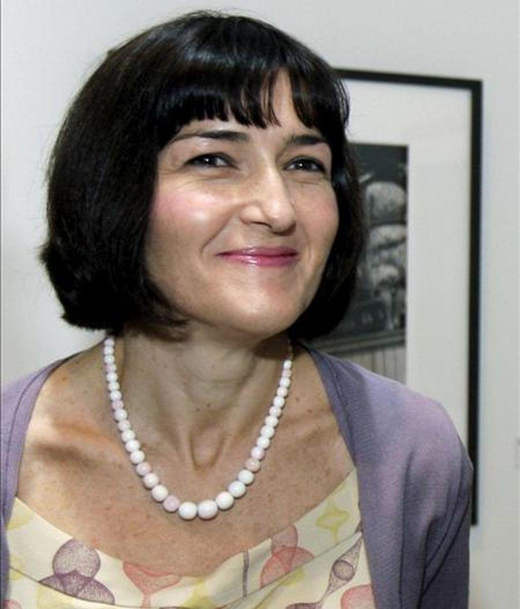 La ministra de Cultura, Ángeles González-Sinde, durante la inauguración ayer en Lisboa de una muestra que recoge los premios nacionales de fotografía de España de los últimos quince años, dentro de la primera edición de la Muestra de Cultura Española en Portugal. EFE
