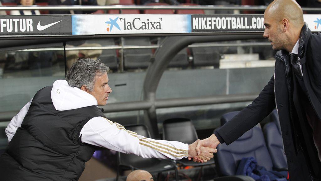El saludo de Mourinho y Guardiola