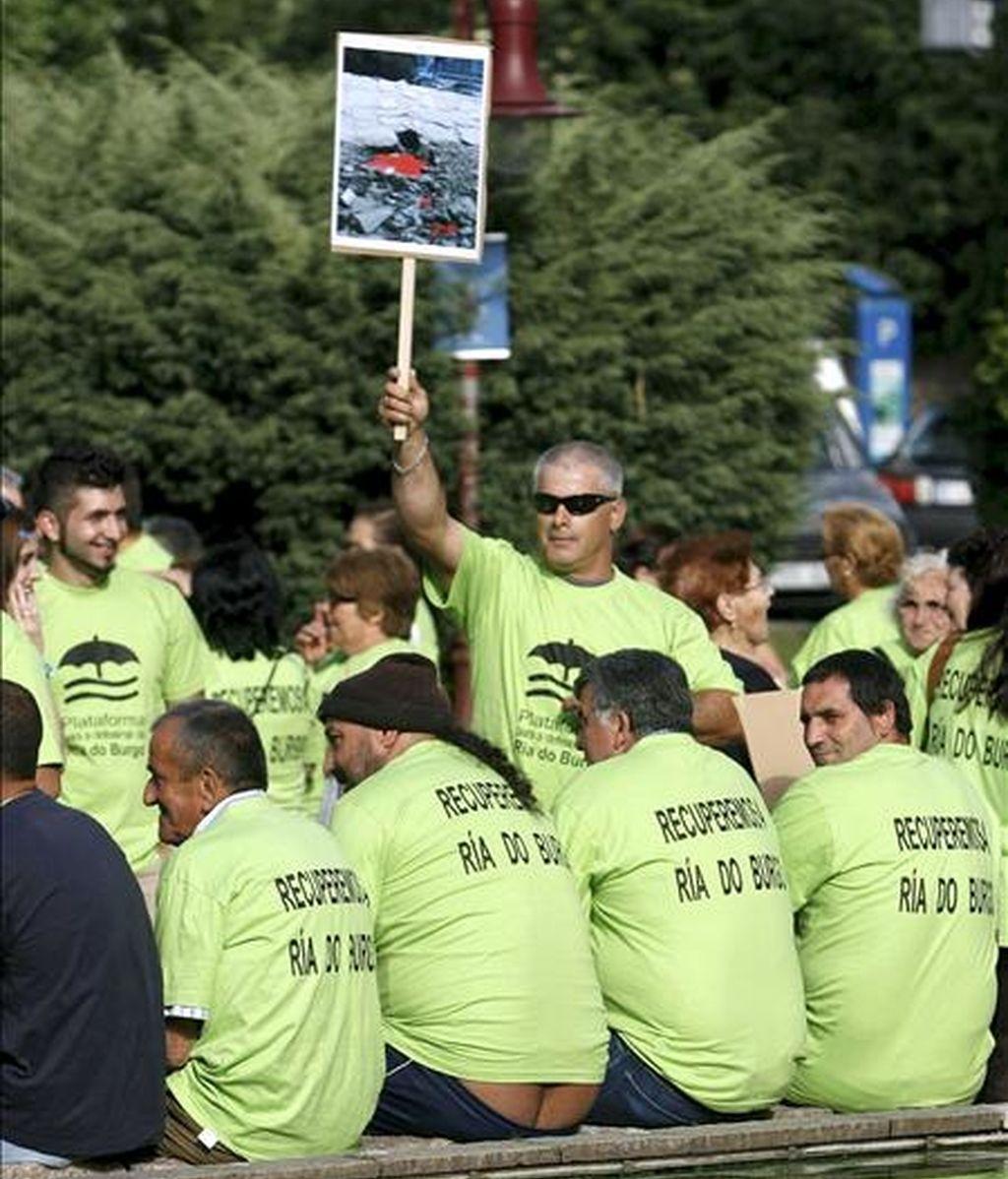 En la imagen de archivo, varias personas durante una manifestación convocada por la Plataforma por la Defensa de la Ría de O Burgo. EFE