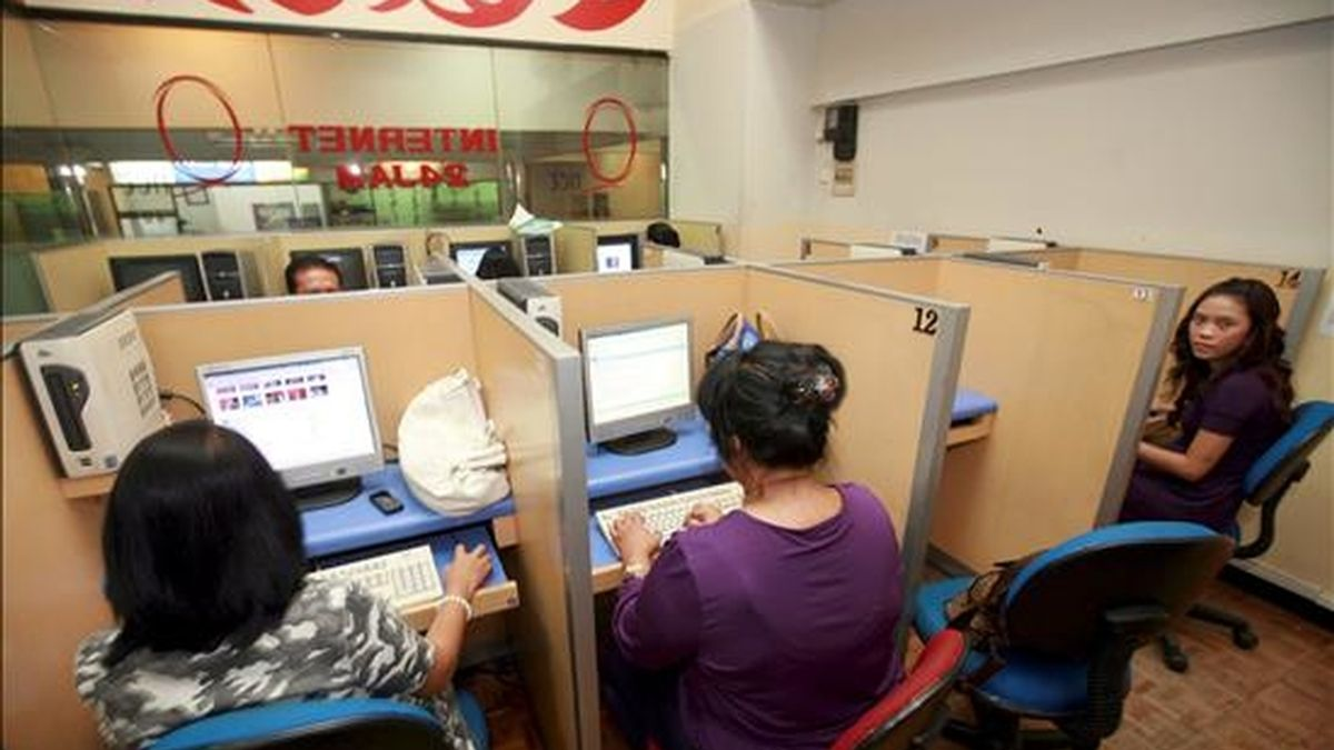Varias mujeres utilizan unos ordenadores en un cibercafé. EFE/Archivo