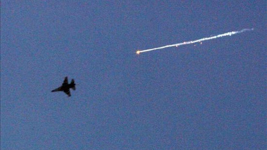 Un avión de combate de la Fuerza Aérea israelí lanza una bengala durante los bombardeos sobre la franja de Gaza el pasado mes de enero. EFE/Archivo