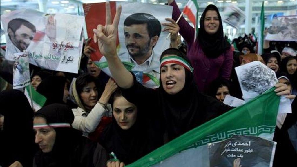 Seguidores del presidente iraní Mahmoud Ahmadinejad durante un acto electoral en Teherán, Irán, ayer 8 de junio. EFE