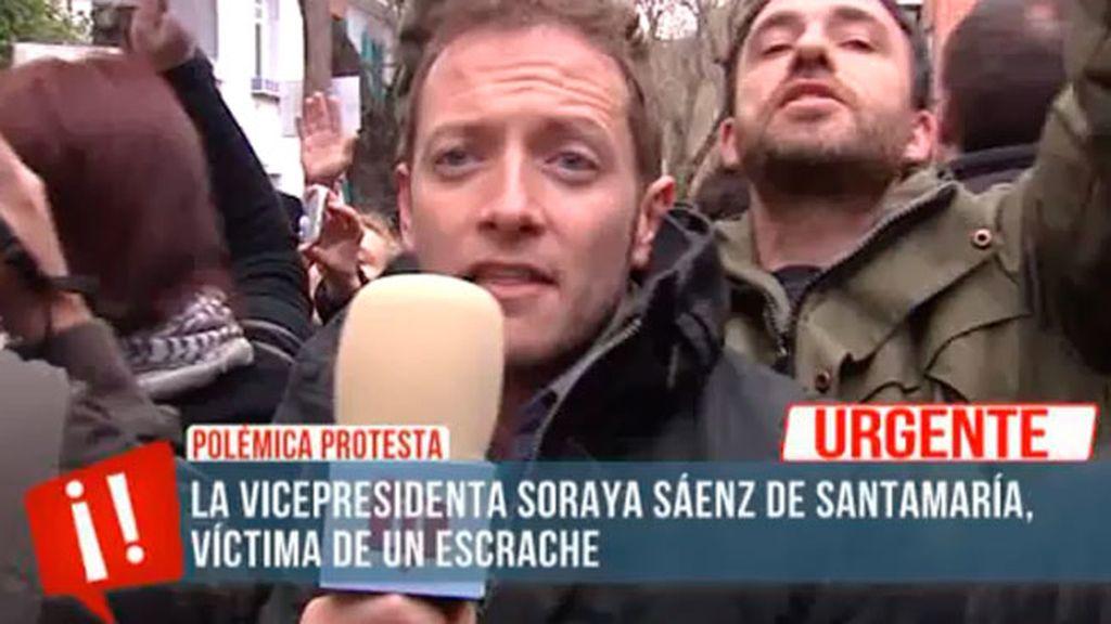 El escrache, en directo, ante la casa de Soraya Sáenz de Santamaría