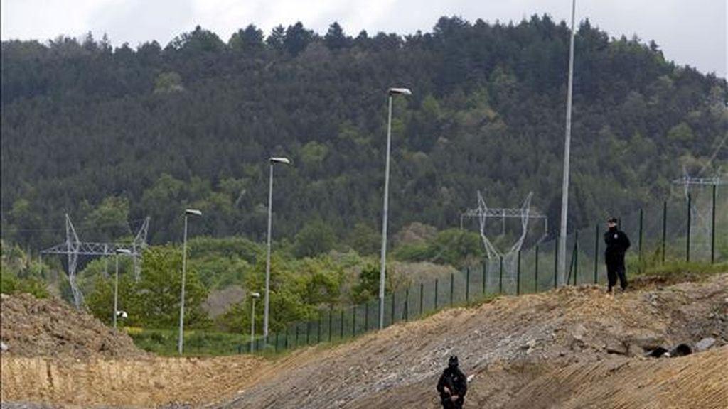 """Agentes de la ertzaintza vigilan las obras de la red ferroviaria de alta velocidad que unirá Vitoria, Bilbao y San Sebastián, conocida como """"Y Vasca"""". EFE/Archivo"""