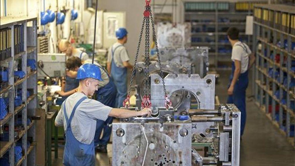 Empleados de la fábrica de automóviles FSG+Automotive LTd trabajan en una cadena de montaje en Oelsnitz (Alemania). EFE/Archivo