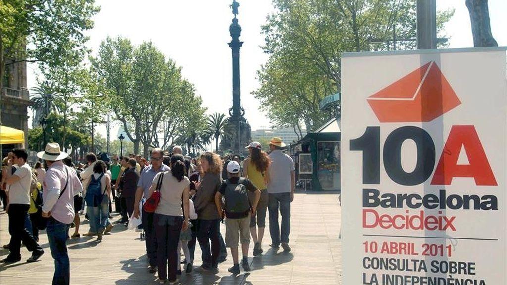 Varias personas junto a uno de los puntos de votación de la consulta sobre la independencia de Cataluña que organizó la plataforma Barcelona Decideix, el pasado 10 de abril, a menos de dos meses de la celebración de las elecciones municipales. EFE/Archivo