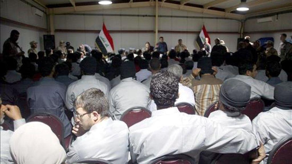 Unos presos asisten a una ceremonia celebrada poco antes de su puesta en libertad, en Bagdad, Irak, hoy miércoles 11 de febrero. EFE