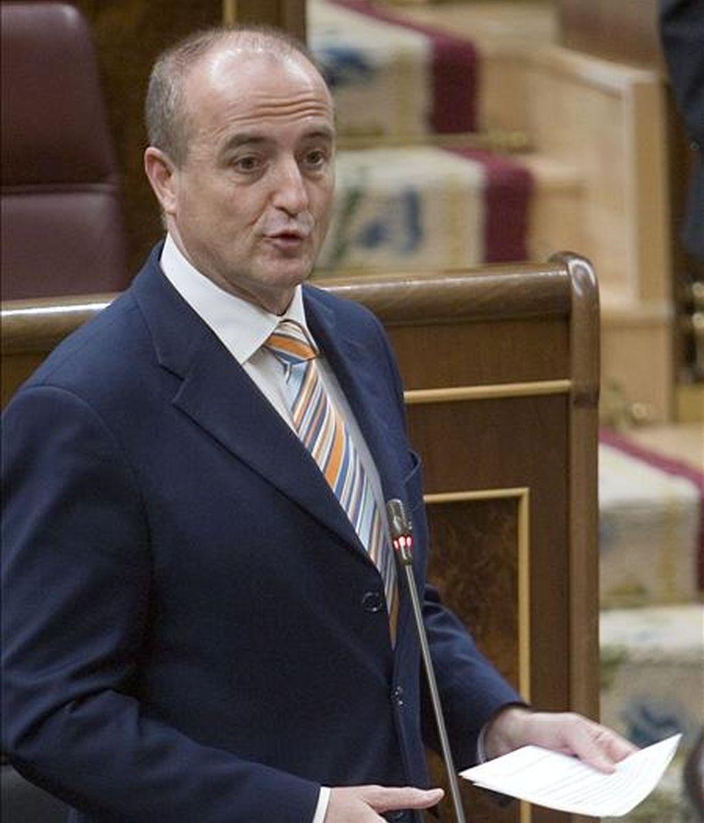 El ministro de Industria, Miguel Sebastián, durante su intervención en el pleno del Congreso, donde se refirió a la facturación mensualmente de las eléctricas. EFE/Archivo