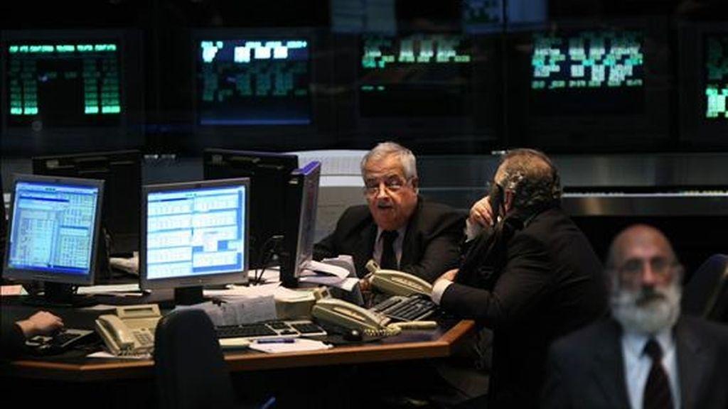 Al concluir la jornada, el Índice General de la Bolsa se ubicó en los 66.954,47 puntos, con un alza del 5,31 por ciento, en tanto que el Merval 25 avanzó el 5,16 por ciento, hasta los 1.170,90 enteros. EFE/Archivo