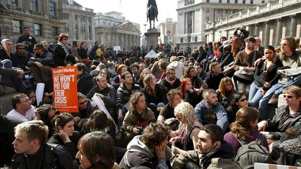 Un grupo de manifestantes guarda un minuto de silencio frente al Banco de Inglaterra en Londres de abril en memoria de Ian Tomlinson, el hombre que murió la semana pasada en una protesta contra la cumbre del G-20. EFE/Archivo