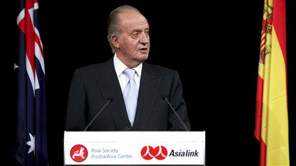 El rey Juan Carlos pronuncia un discurso durante la cena con empresarios australianos, en el Museo Power Houese de Sidney, dentro de la segunda jornada del viaje de Estado de los Reyes de España a este país. EFE