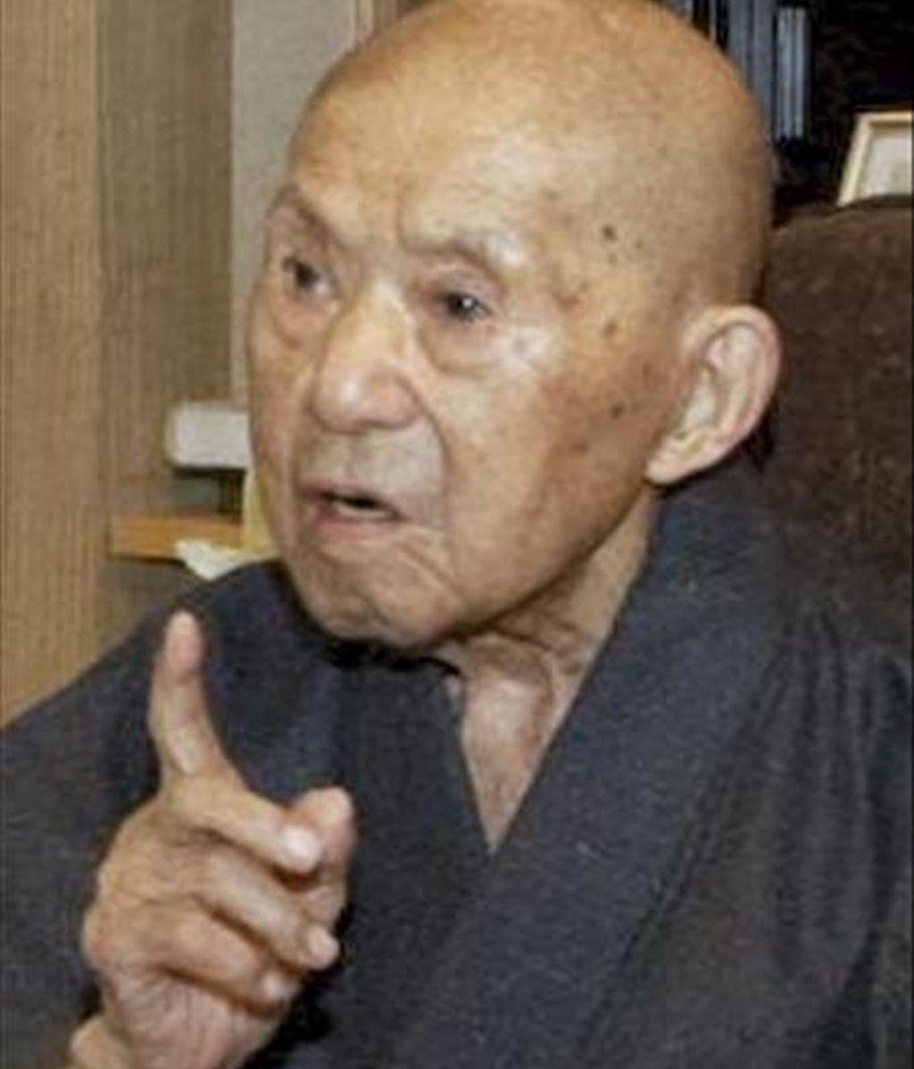 Foto de archivo, tomada el 18 de septiembre de 2008, que muestra a Tomoji Tanabe hablando con un periodista durante su 113 cumpleaños en Miyakonojo, provincia de Miyazaki, sur de Japón. El hombre más anciano del mundo murió hoy 19 de junio. Tanabe, que nació en 1895, tuvo ocho hijos, 25 nietos, 53 bisnietos y seis tataranietos. EFE/Str/Archivo