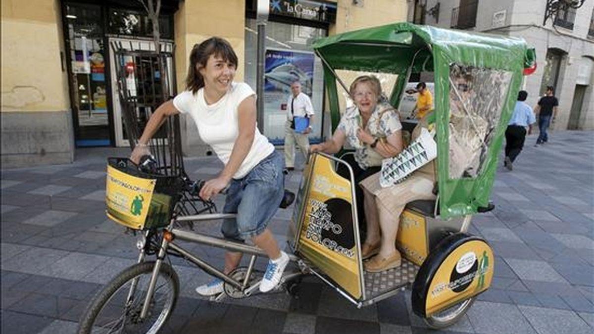 Una iniciativa ecológica ayuda a los madrileños a ganar tiempo en los desplazamientos ofreciendo un servicio de bicicleta-taxi para llegar al trabajo o a la facultad. Los conductores de estos vehículos sostenibles, que funcionan a pedal, pero también con batería eléctrica, desafían al denso tráfico madrileño. EFE