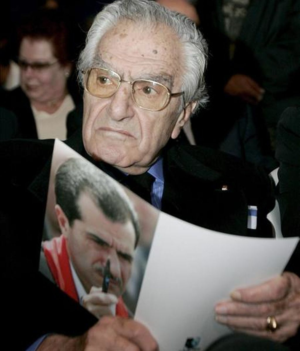 El padre del periodista asesinado Jubran Tueni, Ghassan Tueni, sostiene una foto de su hijo durante el acto en el que se entregó el premio que lleva su nombre a la redactora jefa del Yemen Times Nadia Abdel-Aziz al-Sakkaf. EFE/Archivo