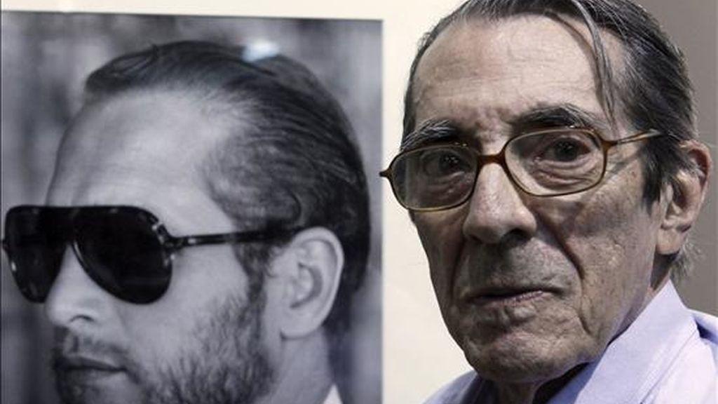 """El fotógrafo Enrique Meneses, junto a una instantánea del actor Paul Newman exhibida en la muestra """"Retrospectiva"""". EFE"""