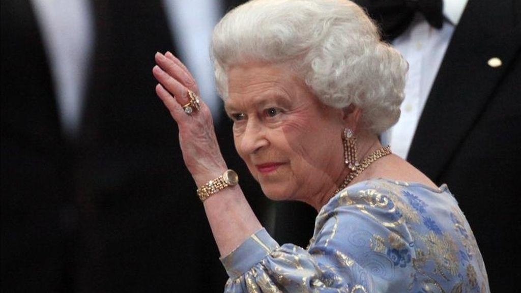 La reina Isabel II de Inglaterra saluda hoy, jueves 28 de abril de 2011, a su llegada a la cena que ofreció en el Hotel Mandarin Oriental, en Londres (Reino Unido), con el motivo de agasajar de manera especial a los miembros de la realeza previo al matrimonio de su nieto, el príncipe Guillermo, y Kate Middleton. EFE